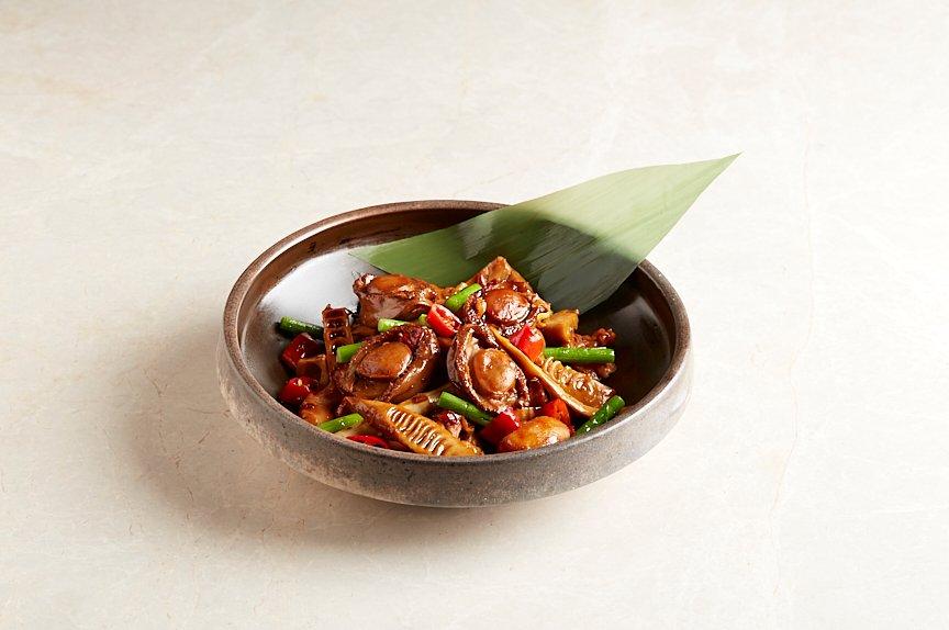 鲍鱼焖竹笋鸡煲 Braised Abalone, Bamboo Shoots and Chicken Casserole in a Mild, Spicy Sauce