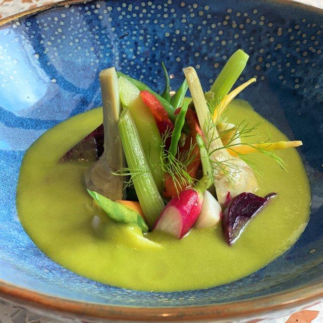 Giardino di verdure e radici, salsa di lattuga al balsamico bianco